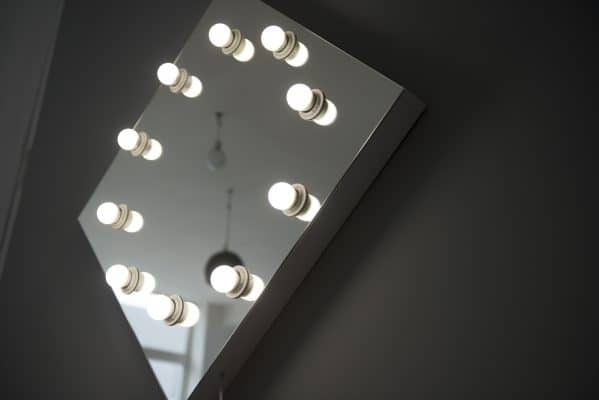 Lustro z żarówkami w lustrze