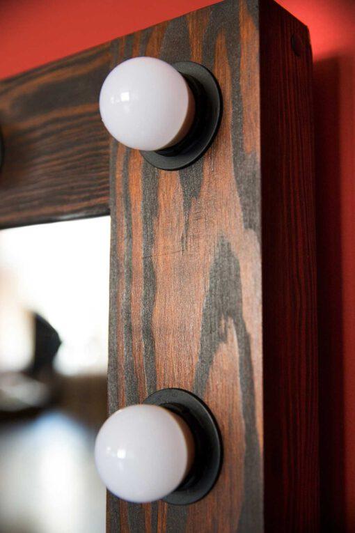 Wygląd żarówek w lustrze do makijażu z drewnianą ramą ELITE