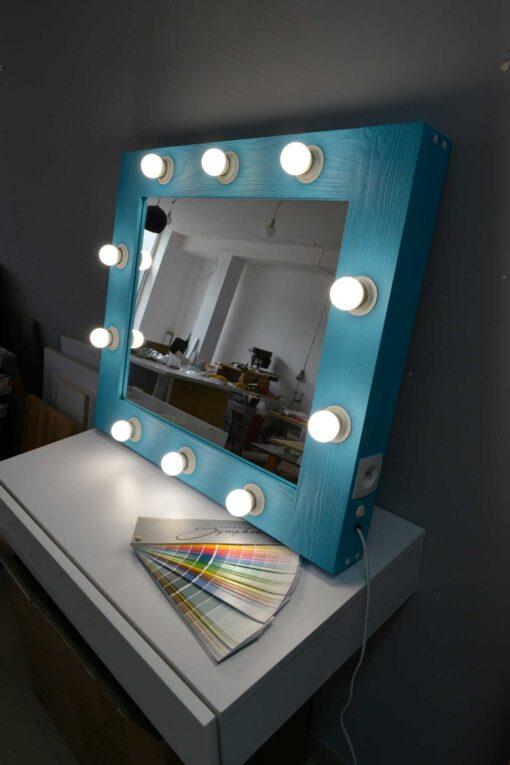 Niebieskie lustro do makijażu w drewnianej ramie z oświetleniem LED