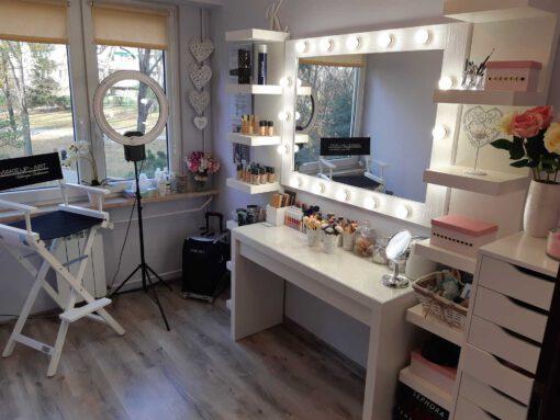 Drewniane lustro do makijażu w białej ramie